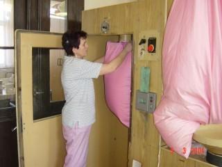 4. fáze čištění peří - sbírání přímo do nové sypkoviny