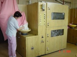 1. fáze čištění peří - vkládání do stroje
